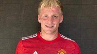 Nizozemský záložník Donny van de Beek z Ajaxu už je hráčem Manchesteru United.