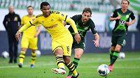 Švýcarský fotbalista Borussie Dortmund Manuel Akanji (vpředu) v zápase proti Wolfsburgu.