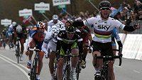 Cyklista Mark Cavendish z Teamu Sky protíná cílovou linii po 206km druhé etapě Gira jako první.
