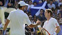 Andy Murray (vpravo) si podává ruku s Ivem Karlovičem po konci zápasu na Wimbledonu.