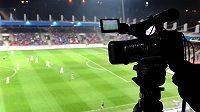 Kamery díky vysokému rozlišení zachytí každý fotbalistův počin, dobrý i špatný... Na snímku na ploše probíhá zápas Plzeň – Liberec.