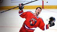 Ondřej Němec ze Lva Praha oslavuje vítězství a postup do finále KHL.