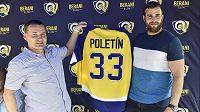 Sportovní manažer extraligového hokejového klubu Berani Zlín Jiří Šolc (vlevo) a nový hráč týmu Michal Poletín.