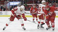 Tomáš Nosek (83) z Detroitu střílí na branku v zápase NHL proti Carolině.