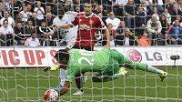Bafetimbi Gomis (vlevo) ze Swansea překonává gólmana Manchesteru United Sergia Romera.
