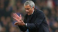 Gestikulující kouč Chelsea José Mourinho.