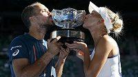 Brazilský tenista Bruno Soares a Ruska Jelena Vesninová slaví vítězství ve smíšené čtyřhře na letošním Australian Open.
