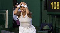 Britská tenistka Emma Raducanová slaví ve Wimbledonu výhru nad Markétou Vondroušovou.