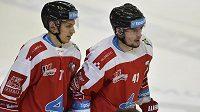 Olomoučtí hokejisté Tobiáš Handl a Petr Strapáč během extraligového utkání. (ilustrační foto)