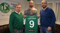 Ivan Lietava (uprostřed) s ředitelem Bohemians Ladislavem Valáškem (vlevo) a sportovním ředitelem Tomášem Požárem.