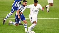Fotbalista Realu Madrid Rodrygo uniká s míčem soupeři během ligového utkání s Deportivem Alaves.