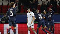 Fotbalisté Paris Saint Germain se radují z gólu. Druhý zleva smutný obránce Basileje Marek Suchý.