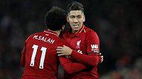 Radost liverpoolských střelců! Fotbalisté Roberto Firmino slaví s Mohamedem Salahem jeden z gólů do sítě Arsenalu v utkání Premier League.