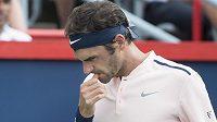 Švýcarský tenista Roger Federer se kvůli problémům se zády rozhodl odstoupit z turnaje v Cincinnati a pomohl tak španělskému konkurentovi Rafaelu Nadalovi na první místo světového žebříčku.