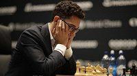 Americký vyzyvatel Fabian Caruana dumá nad šachovnicí.