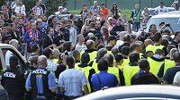 Nespokojené fanoušky Plzně musela po utkání se Slováckem krotit policie.