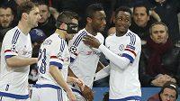Záložník Chelsea John Obi Mikel (druhý zprava) slaví se spoluhráči gól na hřišti Paris St. Germain.