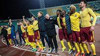 Oslavy postupu do osmifinále EL v podání sparťanských hráčů na stadiónu v Krasnodaru.