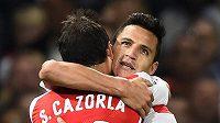 Útočník Arsenalu Alexis Sanchez (vpravo) oslavuje se spoluhráčem Santim Cazorlou gól proti Besiktasi.