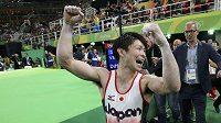 Japonec Kohei Učimura se raduje z obhájoby olympijského titulu v gymnastickém víceboji.