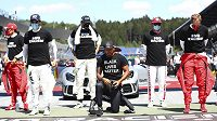 Jezdci formule 1 podpořili boj proti rasismu.