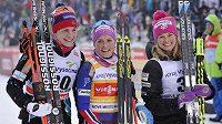 Nejlepší tři ženy závodu volnou technikou na 10 km v Novém Městě na Moravě: zleva Astridt Jacobsenová, Therese Johaugová a Jessica Digginsová.