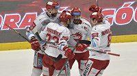 Hokejisté Třince se radují z třetího gólu v plzeňské síti, který vstřelil Vladimír Dravecký (druhý zleva).