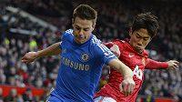 Obránce Chelsea Cezar Azpilicueta v souboji se Shinji Kagawou (vpravo) z Manchesteru United.