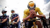 Čtvrtou etapu Tour de France doprovází protest proti nebezpečným tratím, vpředu vedoucí muž průběžného pořadí Mathieu van der Poel.