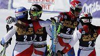 Švýcarští lyžaři se radují z vítězství v závodu družstev. Zleva Denise Feierabendová, Luca Aerni, Reto Schmidinger a Wendy Holdenerová.
