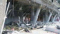 Škody na stadiónu v Doněcku po explozi granátů.