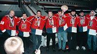 Rok 1998 a slavný návrat českých hokejistů z Nagana: Zleva Jiří Dopita, Jan Čaloun, Josef Beránek, Milan Hnilička, František Kučera, Jaromír Jágr, Vladimír Růžička a Dominik Hašek.