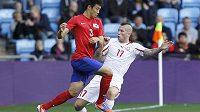 Švýcarský zadák Michel Morganella (vpravo) bojuje o míč s Jihokorejcem Yun Suk-youngem