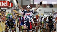Vítězné gesto Andreho Greipela v cíli páté etapy Tour de France.