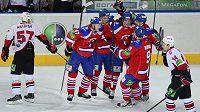 Hokejisté pražského Lva se radují z branky proti Čeljabinsku.
