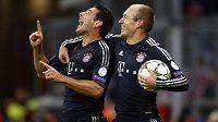 Hráči Bayernu Mnichov Arjen Robben a Claudio Pizarro (vlevo) měli velký důvod k radosti.