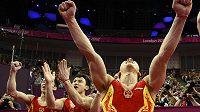 Erupce radosti čínských gymnastů, kteří obhájili zlaté olympijské medaile v soutěži družstev