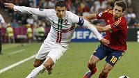 """Španělský bek Jordi Alba (vpravo) brání v """"rozletu"""" Cristianu Ronaldovi"""