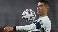 Cristiano Ronaldo v dresu portugalské reprezentace v kvalifikačním utkání proti Srbsku.