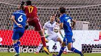 Belgický útočník Divock Origi (17) střílí gól náhradnímu islandskému brankáři Jónssonovi.