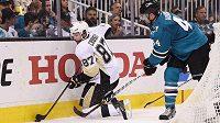 Obránce San Jose Marc-Édouard Vlasic (vpravo) a kapitán Pittsburghu Sidney Crosby během čtvrtého finále play off NHL.