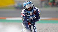 Jezdec Moto3 Jeremy Alcoba ze Španělska po hromadném pádu ve třetím kole závodu Velké ceny Valencie.