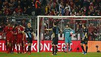 Rozladěný brankář Arsenalu Petr Čech (druhý zprava) vyčítavě sleduje své spoluhráče, zatímco fotbalisté Bayernu Mnichov oslavují trefu do jeho brány.