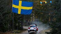 Posádka Sebastien Ogier a Julien Ingrassia s vozem Toyota Yaris na Švédské rallye.