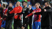 Hráči Viktorie Plzeň a trenér Pavel Vrba (vpravo) oslavují vítězství a postup do Evropské ligy po utkání Ligy mistrů s CSKA Moskva.