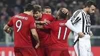 Radost fotbalistů Bayernu po úvodním gólu Thomase Müllera (střelec druhý zleva).
