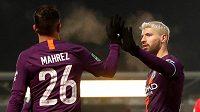 Argentinský fotbalový útočník Sergio Agüero (vpravo) rozhodl o výhře Manchesteru City v odvetném semifinále anglického Ligového poháru na hřišti Burtonu.