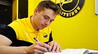 Útočník Patrik Zráhal podepsal s Litvínovem roční kontrakt s opcí.