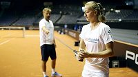 Česká tenistka Petra Kvitová při přípravě na fedcupový duel v Německu s trenérem Jiřím Vaňkem.
