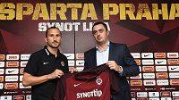 Nová posila Sparty záložník Petr Jiráček (vlevo) a generální ředitel klubu Adam Kotalík.